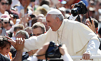 Papa Francesco saluta una bambina al suo arrivo all'udienza generale del mercoledi' in Piazza San Pietro, Citta' del Vaticano, 3 giugno 2015.<br /> Pope Francis greets a child as he arrives for his weekly general audience in St. Peter's Square at the Vatican, 3 June 2015.<br /> UPDATE IMAGES PRESS/Isabella Bonotto<br /> <br /> STRICTLY ONLY FOR EDITORIAL USE