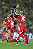 25.05.2013, Wembley Stadion, London, ENG, UEFA Champions League, FC Bayern Muenchen vs Borussia Dortmund, Finale, im Bild Daniel VAN BUYTEN (FC Bayern Muenchen - 5) - springt Arjen ROBBEN (FC Bayern Muenchen - 10) in die Arme nach dem Sieg im Champions League Finale mit 2-1 gegen Borussia Dortmund // during the UEFA Champions League final match between FC Bayern Munich and Borussia Dortmund at the Wembley Stadion, London, United Kingdom on 2013/05/25. EXPA Pictures © 2013, PhotoCredit: EXPA/ Eibner/ Gerry Schmit<br /> <br /> ***** ATTENTION - OUT OF GER ***** <br /> 25/5/2013 Wembley<br /> Football 2012/2013 Champions League<br /> Finale <br /> Borussia Dortmund Vs Bayern Monaco <br /> Foto Insidefoto