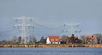 Nederland  Durgerdam  - 09-01- 2021. Huizen bij  elektriciteistsmasten. Er zijn plannen voor grote wndmolens in het water tussen Durgerdam en IJburg.   Foto : ANP/ HH / Berlinda van Dam