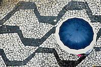 SÃO PAULO, SP, 10, DE FEVEREITO 2012 – CLIMA TEMPO – Pessoas tentam se proteger da forte chuva da tarde desta sexta-feira (10), na RUa Bela Cintra, nos Jardins. (FOTO: CAIO BUNI / NEWS FREE).