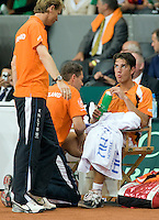21-9-08, Netherlands, Apeldoorn, Tennis, Daviscup NL-Zuid Korea, :  Jesse Huta Galung   being treated during changeover,capain Jan Siemerink left