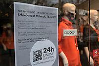 """Eindruecke vom ersten Tag des zweiten sog. """"Corona-Lockdown"""" aus der Berliner Sclossstrasse, eine der beliebtesten Einkaufsstrassen.<br /> Im Bild: Ein Hinweisschild an der Tuer eines Bekleidungsgeschaeft.<br /> 16.12.2020, Berlin<br /> Copyright: Christian-Ditsch.de"""