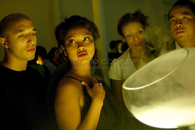 """FRANCE, Paris, October 6-7th of 2009..Opening evening of the exhibtion """"The collective Brain"""" in Le Laboratoire where were presented the whaf (cloud of flavors), Andea (air filter) and MuseTrek. Presentation of the Whaf, invented by David Edwards and the desinger Marc Brétillot..Opened since 2007, Le Laboratoire is a contemporary art and design center in central Paris founded by David Edwards, where artists and designers experiment at frontiers of science..FRANCE, Paris, 6/7 octobre 2009..Soirée d'inauguration au Laboratoire, de l'exposition """"Cerveau collectif"""". Présentation du Whaf (nuage de saveurs), d'Andrea (filtre d'air intérieur) et de MuseTrek (visites interactives). Présentation du Whaf inventé par David Edwards et le designer Marc Brétillot. Ouvert depuis 2007, Le Laboratoire est un lieu d'art et de design aux frontières de la science..© Bruno Cogez"""