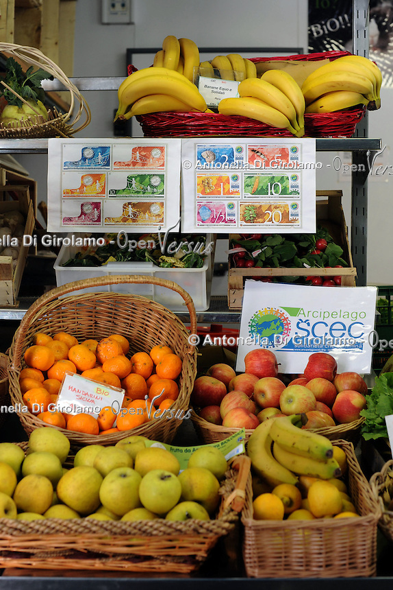Progetto Scec.Solidarietà che cammina.Banco di frutta e verdura. Fruit and vegetables stand....