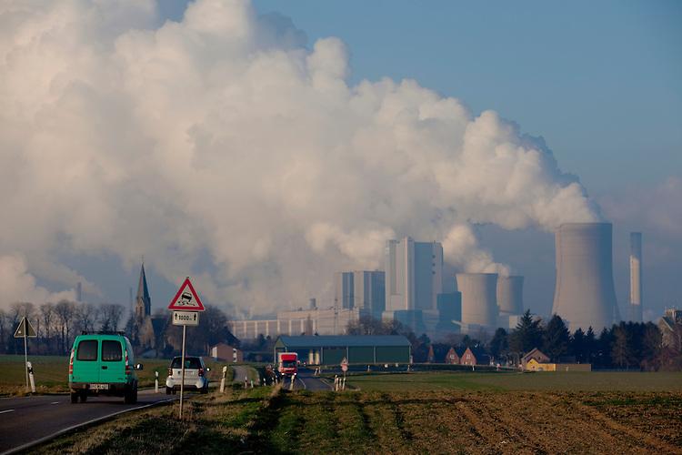 Europa, DEU, Deutschland, Nordrhein Westfalen, NRW, Rheinland, Niederrhein, Niederaussem, Kraftwerk, Braunkohlekraftwerk, Kuehltuerme, Dampf, Rauch, Wasserdampf, Auto, Verkehr, Strassenverkehr, Kategorien und Themen, Energie, Konventionelle Energien, Energien, Konventionell, Strom, Konventionelle Energieerzeugung, Stromerzeugung, Energieversorgung, Energiewirtschaft, Versorgung, Stromversorgung, Luft, Atemluft, Atmosphaere, Klima, Klimaschutz, Klimawandel, Erdklima, Atmosphaerisch, Erderwaermung, Treibhausgase, Treibhauseffekt<br /> <br /> [Fuer die Nutzung gelten die jeweils gueltigen Allgemeinen Liefer-und Geschaeftsbedingungen. Nutzung nur gegen Verwendungsmeldung und Nachweis. Download der AGB unter http://www.image-box.com oder werden auf Anfrage zugesendet. Freigabe ist vorher erforderlich. Jede Nutzung des Fotos ist honorarpflichtig gemaess derzeit gueltiger MFM Liste - Kontakt, Uwe Schmid-Fotografie, Duisburg, Tel. (+49).2065.677997, <br /> archiv@image-box.com, www.image-box.com]