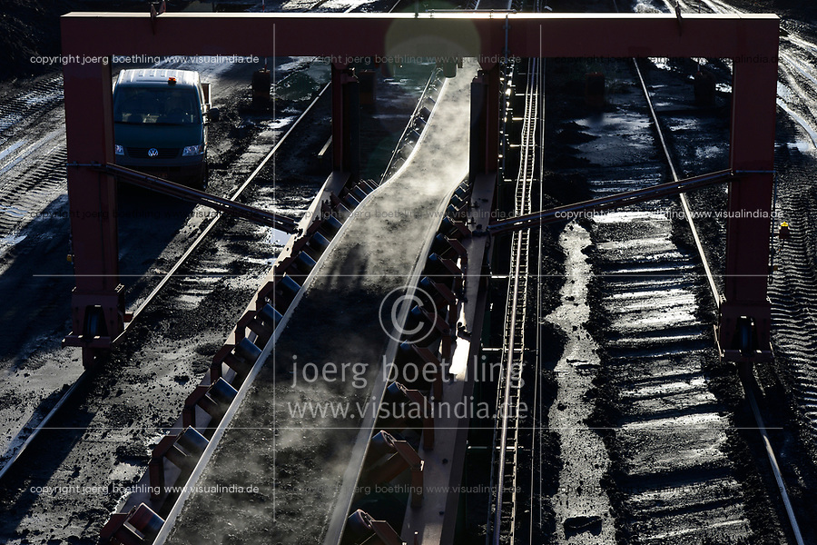 Germany, Hamburg, Hansaport import of coal and ore, conveyor belt / DEUTSCHLAND, Hamburg, Hansaport, Import von Kohle und Erz, Lagerung und Weitertransport zu Kraftwerken und Stahlwerken