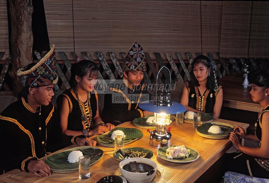 Asie/Malaisie/Bornéo/Sarawak: Chez les Dayak- Repas en costume traditionnel des Kadazan Letnnic