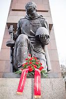 """Angehoerige der russischen Streitkraefte, und Berliner Russen begingen am Montag den 23. Februar 2015 den sog. """"Tag des Befreiers des Vaterlandes"""" (frueher """"Tag des Rotarmisten"""" und """"Tag der sowjetischen Streitkraefte"""") am sowjetischen Ehrenmal in Berlin-Treptow. Der Feiertag geht auf den """"Befehl 95"""" des Revolutionsfuehres Lenin zurueck.<br /> 23.2.2015, Berlin<br /> Copyright: Christian-Ditsch.de<br /> [Inhaltsveraendernde Manipulation des Fotos nur nach ausdruecklicher Genehmigung des Fotografen. Vereinbarungen ueber Abtretung von Persoenlichkeitsrechten/Model Release der abgebildeten Person/Personen liegen nicht vor. NO MODEL RELEASE! Nur fuer Redaktionelle Zwecke. Don't publish without copyright Christian-Ditsch.de, Veroeffentlichung nur mit Fotografennennung, sowie gegen Honorar, MwSt. und Beleg. Konto: I N G - D i B a, IBAN DE58500105175400192269, BIC INGDDEFFXXX, Kontakt: post@christian-ditsch.de<br /> Bei der Bearbeitung der Dateiinformationen darf die Urheberkennzeichnung in den EXIF- und  IPTC-Daten nicht entfernt werden, diese sind in digitalen Medien nach §95c UrhG rechtlich geschuetzt. Der Urhebervermerk wird gemaess §13 UrhG verlangt.]"""