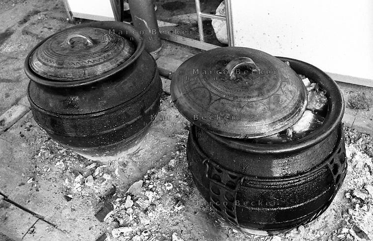 Festival di trombe e ottoni di Guca (Cacak). Tipiche pentole in argilla per cucinare il kupus (cavolo) --- Trumpet festival of Guca (Cacak). Typical clay pots for cooking kupus (cabbage)