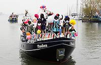 Monnickendam- Vrolijke intocht van Sinterklaas. Boot met zwarte Zwarte Pieten