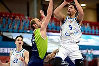 10-04-2021: Basketbal: Donar Groningen v ZZ Leiden: Groningen, Donar speler Leon Williams in duel met Leiden speler Marijn Ververs