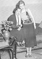 Tschechowa, Olga - Schauspielerin, Russland / Deutschland - 26.04.1897-09.03.1980+ mit ihrer Tochter Ada in dem Theaterstueck 'Charlott laesst raten' - Kleines Theater Berlin, 1933 - 1933 Originalaufnahme im Archiv von ullstein bild<br /> <br /> - 01.01.1933-31.12.1933<br /> <br /> Es obliegt dem Nutzer zu prüfen, ob Rechte Dritter an den Bildinhalten der beabsichtigten Nutzung des Bildmaterials entgegen stehen.<br /> <br /> Tschechowa, Olga - Actress, Russia / Germany - 26.04.1897-09.03.1980+ with her daughter Ada in the stage play 'Charlott laesst raten' - Kleines Theater Berlin, 1933 - 1933 Vintage property of ullstein bild<br /> <br /> - 01.01.1933-31.12.1933<br /> <br /> It is in the duty of the user of the image to clear prior to usage if any Third Party rights preclude the intended use.