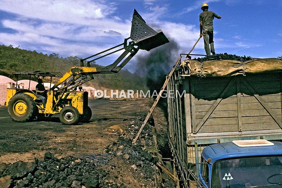 Trabalhadores em carvoaria, Vale do Jequitinhonha. Minas Gerais. 2002. Foto de Ricardo Azoury.