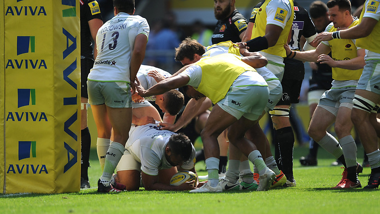 Billy Vunipola of Saracens is surrounded by team mates after scoring a try during the Aviva Premiership Rugby Final between Exeter Chiefs and Saracens at Twickenham Stadium on Saturday 26th May 2018 (Photo by Rob Munro/Stewart Communications)