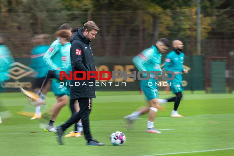 16.10.2020, Trainingsgelaende am wohninvest WESERSTADION - Platz 12, Bremen, GER, 1.FBL, Werder Bremen Abschlusstraining<br /> <br /> <br /> Florian Kohfeldt (Trainer SV Werder Bremen)<br />  ,Ball am Fuss, <br /> Querformat<br /> <br /> Wischer<br /> <br /> <br /> Foto © nordphoto / Kokenge