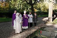 Op 2 november (Allerzielen), de dag dat de R.K. Kerk de overledenen herdenkt, is er in de kapel van begraafplaats St. Barbara in Utrecht een Eucharistieviering met als hoofdcelebrant aartsbisschop kardinaal Eijk. Na afloop krijgen de misgangers een lichtje mee voor een te bezoeken graf. Kardinaal Eijk loopt onder meer langs de graven van de Utrechtse bisschoppen, die hij zegent met wijwater.  Foto mag niet in negatieve context worden gepubliceerd.