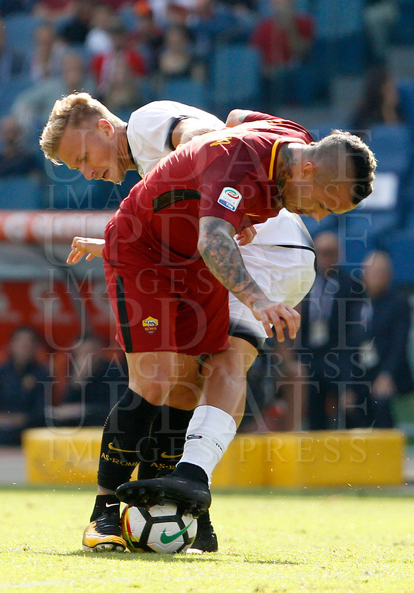 Calcio, Serie A: Roma vs Udinese. Roma, stadio Olimpico, 23 settembre 2017.<br /> Roma's Radja Nainggolan, left, and Udinese's Antonin Barak fight for the ball during the Italian Serie A football match between Roma and Udinese at Rome's Olympic stadium, 23 September 2017. Roma won 3-1.<br /> UPDATE IMAGES PRESS/Riccardo De Luca