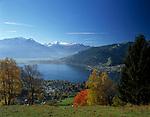 Oesterreich, Salzburger Land, Herbst am Zeller See: Thumersbach und Zell am See mit Kitzsteinhorn (3.203 m) und Glocknergruppe | Austria, Salzburger Land, Thumersbach and Zell at Zeller Lake with Kitzsteinhorn mountain (3.203 m) and Glockner mountain range, autumn