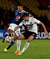 BOGOTÁ - COLOMBIA, 15-08-2018: John Duque (Izq.) jugador de Millonarios (COL), disputa el balón con Enrique Borja (Der.) jugador de General Díaz (PAR), durante partido de vuelta entre Millonarios (COL) y General Díaz (PAR), de la segunda fase por la Copa Conmebol Sudamericana 2018, en el estadio Nemesio Camacho El Campin, de la ciudad de Bogotá. / John Duque (L) player of Millonarios (COL), fights for the ball with Enrique Borja (R) player of General Diaz (PAR), during a match of the second leg between Millonarios (COL) and General Diaz (PAR), of the second phase for the Conmebol Sudamericana Cup 2018 in the Nemesio Camacho El Campin stadium in Bogota city. VizzorImage / Luis Ramirez / Staff.