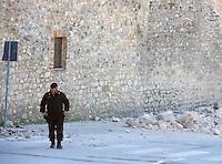 Le mura di Norcia danneggiate dalla scossa di terremoto di magnitudo 6.5 avvenuta alle 7,41, 30 ottobre 2016.<br /> A Carabinieri officer walks past the walls of Norcia damaged by the magnitude 6.5 earthquake that hit Italy at 7,41 am, 30 October 2016.<br /> UPDATE IMAGES PRESS/Riccardo De Luca