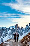 Italien, Venetien, Dolomiten, oberhalb Lago d'Antorno: beim Rifugio Auronzo, Ausgangpunkt fuer den Drei-Zinnen-Rundweg, vor der Cadini-Gruppe | Italy, Veneto, Dolomites, above Lago d'Antorno:  near Rifugio Auronzo, startiing point for a hike around Tre Cime mountains, with Cadini Group mountains at background