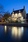 United Kingdom, England, Worcestershire, Bourton-on-the-Water: The Rose Tree Restaurant and River Windrush at night | Grossbritannien, England, Worcestershire, Bourton-on-the-Water: The Rose Tree Restaurant am Fluss Windrush am Abend