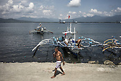 Fishermen prepare their boats before going away to the sea to catch tuna in Puerto Princesa, Palawan in the Philippines. <br /> Photo: Sanjit Das/Panos for Greenpeace