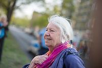 """Am Freitag den 24. April 2015 wurde in Berlin-Charlottenburg in der Uhlandstrasse eine Gedenktafel fuer einen unbekannten Kriegsdeserteur eingeweiht, der am 24. April 70 Jahre zuvor in den letzten Kriegstagen von der SS wegen Fahnenflucht ermordet wurde. Die SS hatte den 17jaehrigen aus einem Keller geholt und an einer Laterne aufgehaengt. Zur """"Abschreckung"""" wurde seine Leiche mit einem Schild """"Ich war zu feige, fuer Deutschland zu kaempfen"""" mehrere Tage haengen gelassen.<br /> Ein erster Versuch eine Gedenktafel zum 60. Jahrestages des Kriegsendes 1995 zu errichten scheiterte am Widerstand der Behoerden. Die Aufstellung dieser Gedenktafel hat zwei Jahre gedauert.<br /> Im Bild: Friedensaktivistin und Mitglied der Berliner Fiedenskoordination FrieKo, Laura von Wimmersperg.<br /> 24.4.2015, Berlin<br /> Copyright: Christian-Ditsch.de<br /> [Inhaltsveraendernde Manipulation des Fotos nur nach ausdruecklicher Genehmigung des Fotografen. Vereinbarungen ueber Abtretung von Persoenlichkeitsrechten/Model Release der abgebildeten Person/Personen liegen nicht vor. NO MODEL RELEASE! Nur fuer Redaktionelle Zwecke. Don't publish without copyright Christian-Ditsch.de, Veroeffentlichung nur mit Fotografennennung, sowie gegen Honorar, MwSt. und Beleg. Konto: I N G - D i B a, IBAN DE58500105175400192269, BIC INGDDEFFXXX, Kontakt: post@christian-ditsch.de<br /> Bei der Bearbeitung der Dateiinformationen darf die Urheberkennzeichnung in den EXIF- und  IPTC-Daten nicht entfernt werden, diese sind in digitalen Medien nach §95c UrhG rechtlich geschuetzt. Der Urhebervermerk wird gemaess §13 UrhG verlangt.]"""