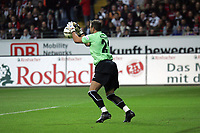 Torwart Markus Pröll (Eintracht Frankfurt) hat den Ball
