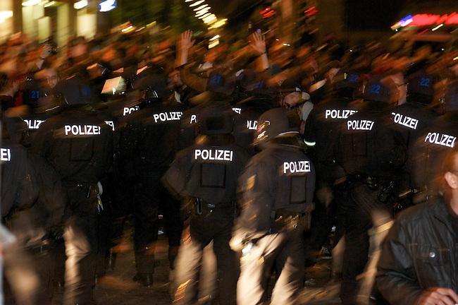 1. Mai 2011 in Berlin-Kreuzberg<br /> Im Bild: Neugierige, Schaulustige und Gaffer werden am Kottbusser Tor von Bundespolizei und Berliner Polizei mit Pefferspray und Fausschlaegen bedraengt. Unter den Schaulustigen sind etliche Polizeibeamte als Autonome verkleidet. Sie wurden wie alle anderen Personen in dem Bereich behandelt und von den uniformierten Beamten mit Pfefferspray beschossen, geschlagen und verletzt. Die Zivilbeamten haben  Anzeige wegen Koerperverletzung im Amt gegen ihre uniformierten Kollegen gestellt.<br /> 1.5.2011, Berlin<br /> Foto: Christian-Ditsch.de<br /> [Inhaltsveraendernde Manipulation des Fotos nur nach ausdruecklicher Genehmigung des Fotografen. Vereinbarungen ueber Abtretung von Persoenlichkeitsrechten/Model Release der abgebildeten Person/Personen liegen nicht vor. NO MODEL RELEASE! Don't publish without copyright Christian-Ditsch.de, Veroeffentlichung nur mit Fotografennennung, sowie gegen Honorar, MwSt. und Beleg. Konto:, I N G - D i B a, IBAN DE58500105175400192269, BIC INGDDEFFXXX, Kontakt: post@christian-ditsch.de]
