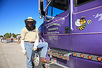 Dave Hackenberg, here at his apiary before the departure of the hives, directs the truck drivers by telephone. During fifteen days, his 2500 hives will set off in different convoys for California. Three days of traveling when anything can happen.