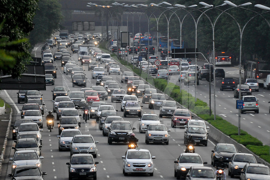 SAO PAULO, SP, 14 JANEIRO DE 2013 - TRANSITO SP - VOLTA DO RODÍZIO MUNICIPAL: Trânsito na Av. 23 de Maio, próximo ao Parque do Ibirapuera,  zona sul de São Paulo na manhã desta segunda feira (14) quando volta a funcionar o rodízio municipal. (FOTO: LEVI BIANCO / BRAZIL PHOTO PRESS).