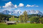 Oesterreich, Tirol, Reith bei Kitzbuehel: Schwarzsee, idyllisch gelegener Badesee, 8 ha gross und bis zu 8 m tief, einer der waermsten Seen der Alpen, im Hintergrund das Wilder Kaiser Gebirge