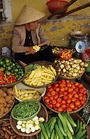 Asie/Vietnam/Hanoi: le marché femme vendant des légumes - Etal de fruits et légumes