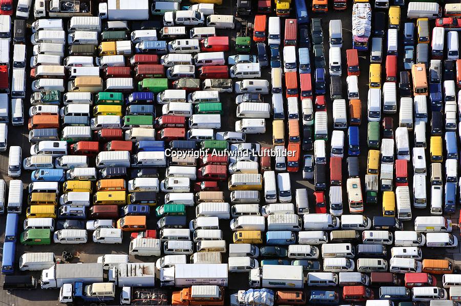Autos fuer Afrika: EUROPA, DEUTSCHLAND, HAMBURG, (EUROPE, GERMANY), 22.09.2010: Autos für Afrika warten im Hamburger Hafen auf den Transport