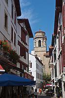 Europe/France/Aquitaine/64/Pyrénées-Atlantiques/Pays-Basque/Saint-Jean-de-Luz: l'église Saint-Jean-Baptiste et rue Saint-Jean