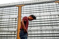 """Un adolescente de el Salvador se disponen a bajar del tren que arribo a la estación de tren en Hermosillo Sonora.<br />  <br /> Forman parte de un contingente de 600 personas que conforman la caravana del Migrante su mayoría de origen centroamericano, arribaron a bordo del tren conocido como """"La Bestia"""", provienen de la frontera Sur del País y con rumbo a la ciudad de Mexicali donde continuaran el viaje hasta Tijuana.<br /> La caravana tiene como objetivo solicitar <br /> asilo a Estados Unidos y algunos integrantes piensan solicitar una visa humanitaria en Mexico para laborar en los campos de Sonora y Baja California.<br /> (Photo: NortePhoto/Luis Gutierrez)"""