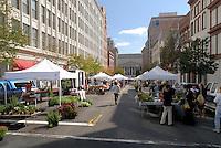 Biomarkt in den USA : AMERIKA, VEREINIGTE STAATEN VON AMERIKA, WASHINGTON DC, (AMERICA, UNITED STATES OF AMERICA), 21.09.2006: Oekomarkt in Washington DC, ein seltenes Bild in den USA ein Oekomarkt aber bei den Gesundheits- und Sportversaessenen Hauptstadtbewohneren ein Platz zum Einkauf von besonderen Lebensmitteln. Markt, Verkauf, Handel, Oeko , Öko, Strassenhandel, besonders, nicht ueblich, unueblich, Bio, Bio-Gemuese, Biogemuese, Bioladen, Biomarkt, Bioprodukt, Bioprodukte, Biosupermarkt, Einkauf, einkaufen, Einzelhandel, Fruechte,  Gemuese, Kunden, Kundin, Lebensmittel, Menschen, Naturkost, Obst, Oekomarkt, Querformat, Reportage, Wirtschaft, Oekomarkt in Washington DC, a rare picture in the USA ,  place to the purchase of special food. Market, sales, trade, Oeko, street vending, particularly, not usually, uncommonly, bio, bio vegetable, bio vegetable, bio shop, bio market, bio product, bio products, bio supermarket, purchase, retail trade, fruits, vegetable, customer, customer, food, humans, health food, fruit, Oekomarkt, landscape format, report, buy economics, .  .c o p y r i g h t : A U F W I N D - L U F T B I L D E R . de.G e r t r u d - B a e u m e r - S t i e g  1 0 2,  .2 1 0 3 5  H a m b u r g ,  G e r m a n y.P h o n e  + 4 9  (0) 1 7 1 - 6 8 6 6 0 6 9 .E m a i l      H w e i 1 @ a o l . c o m.w w w . a u f w i n d - l u f t b i l d e r . d e.K o n t o : P o s t b a n k    H a m b u r g .B l z : 2 0 0 1 0 0 2 0  .K o n t o : 5 8 3 6 5 7 2 0 9.C  o p y r i g h t   n u r   f u e r   j o u r n a l i s t i s c h  Z w e c k e, keine  P e r s o e n  l i c h ke i t s r e c h t e   v o r  h a n d e n,  V e r o e f f e n t l i c h u n g  n u r    m i t  H o n o r a  n a c h  MFM, N a m e n s n e n n u n g und B e l e g e x e m p l a r !...