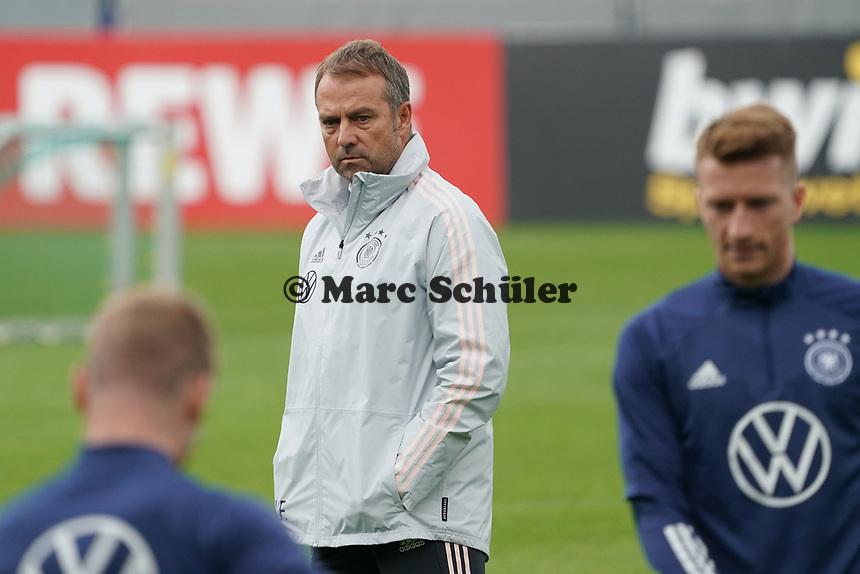 Bundestrainer Hansi Flick (Deutschland Germany) sieht beim Training zu - Stuttgart 31.08.2021: Training der Deutschen Nationalmannschaft, Gazi Stadion Stuttgart