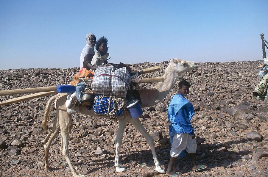 Famille nomade traversant l'Amatlich. Mauritanie. AfriqueNomad family riding across the Amatlich. Mauritania. Africa