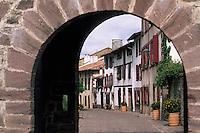 Europe/France/Aquitaine/64/Pyrénées-Atlantiques/Saint-Jean-Pied-de-Port: Porte Saint-Jacques & rue de la Citadelle - Maisons basques