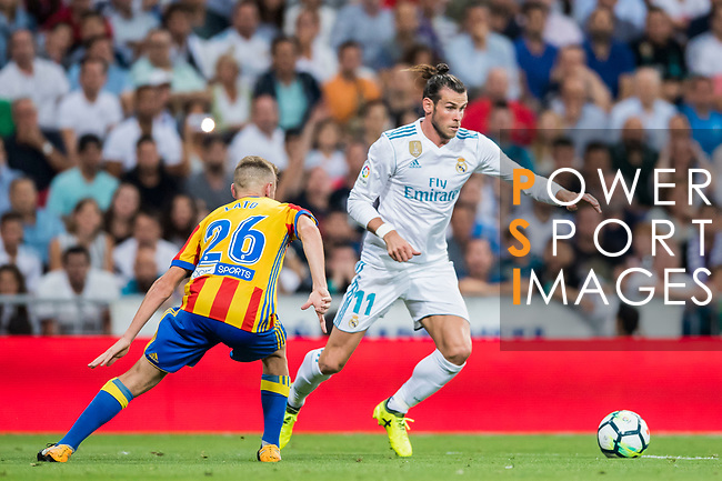 Gareth Bale (r) of Real Madrid fights for the ball with Antonio Latorre Grueso, Lato, of Valencia CF during their La Liga 2017-18 match between Real Madrid and Valencia CF at the Estadio Santiago Bernabeu on 27 August 2017 in Madrid, Spain. Photo by Diego Gonzalez / Power Sport Images