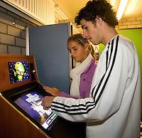 15-12-07, Netherlands, Rotterdam, Sky Radio Masters, Haase speelt een computerspelletje in de playerslounge