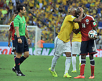 FORTALEZA - BRASIL -04-07-2014. Victor Ibarbo (#14) jugador de Colombia (COL) recibe excusas de Maicon (#23) jugador de Brasil (BRA) durante partido de los cuartos de final por la Copa Mundial de la FIFA Brasil 2014 jugado en el estadio Castelao de Fortaleza./ Victor Ibarbo (#14) player of Colombia (COL) receives regrets from Maicon (#23) player of Brazil (BRA) during the match of the Quarter Finals for the 2014 FIFA World Cup Brazil played at Castelao stadium in Fortaleza. Photo: VizzorImage / Alfredo Gutiérrez / Contribuidor