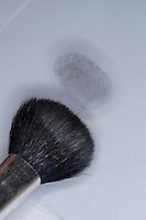Fingerabdruck, Fingerabdrücke nehmen, um Fingerabdrücke auf einer Fläche sichtbar zu machen, kann man auch Grafit aus Bleistiftminen verwenden
