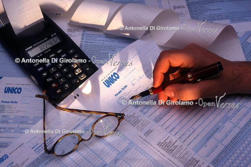 Modello unico utilizzato per pagare le tasse. Revenue form used for paying the taxes....