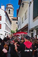Europe/France/Aquitaine/64/Pyrénées-Atlantiques/Pays-Basque/Saint-Jean-de-Luz: Rue Saint-Jean et église Saint-Jean-Baptiste lors des Fêtes de la Saint-Jean
