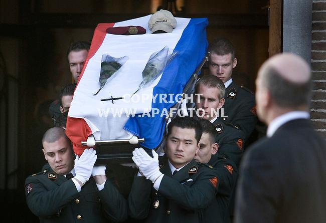 Puiflijk, 271208<br /> De kist met erin de in Afganistan omgekomen mllitair Mark Weijdt wordt door zijn naaste collega's  de kerk uitgedragen.<br /> Foto: Sjef Prins - APA Foto