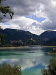 Italien, Latium, Castel di Tora am Lago del Turano in den Monti Carseolani | Italy, Lazio, Castel di Tora at Lago del Turano with Monti Carseolani mountains