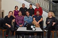 Amal, Berlin!<br /> Amal, Berlin! ist ein Projekt der Evangelischen Journalistenschule in Zusammenarbeit mit der Evangelischen Kirche in Deutschland, der Koerber-Stiftung, der Schoepflin-Stiftung sowie weiteren Partnern.<br /> Amal, Berlin! informiert Montag bis Freitag auf Arabisch und Dari/Farsi darueber, was in der Stadt los ist. Das Wichtigste vom Tage wird ergaenzt durch Reportagen, Interviews und Kommentare. Journalisten und Journalistinnen aus Syrien, Afghanistan, Aegypten und Iran betreiben diese mobile Nachrichtenplattform als eine lokale Tageszeitung fuer das Smartphone.<br /> Im Bild sitzend vlnr.: Julia G., Noorullah R., Abduol R., Khalid A., Amloud A.<br /> Stehend vlnr.: Maryam M.,  Ali H., Dawod A., Cornelia G.<br /> 20.9.2021, Berlin<br /> Copyright: Christian-Ditsch.de